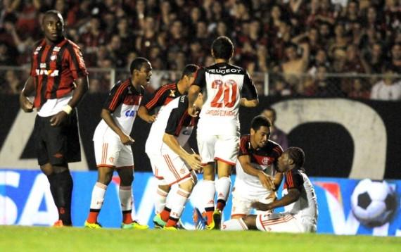 Amaral comemora o gol de empate do Flamengo no Durival Britto (Foto: André Durão)